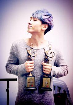 Super Junior's Eunhyuk thanks fans for '22nd Seoul Music Awards' trophies