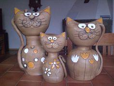 kočičí rodinka k dispozici je již jen kotě, možno vyrobit na zakázku do bytu i do zahrady..... kocour 33 cm, kočka 28 cm, kotě 21 cm cena je za koťátko