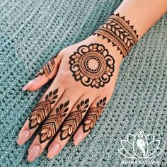 best mehndi design simple and easy step by step are available here. You can save the beautiful mehndi designs, latest mehndi designs. Round Mehndi Design, Palm Mehndi Design, Pretty Henna Designs, Floral Henna Designs, Indian Mehndi Designs, Modern Mehndi Designs, Mehndi Designs For Girls, Mehndi Designs For Beginners, Mehndi Design Photos