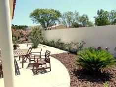 jardin paysager ensoleillé et architecture blanche
