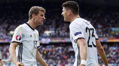 Nach dem 1:0-Sieg der DFB-Elf gegen Nordirland zeigte sich die internationale Presse beeindruckt vom Auftritt der deutschen Mannschaft um Thomas Müller (l.) und Matchwinner Mario Gomez