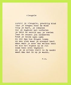 """Het gedicht """"Vleugels"""" op een typemachine uit 1964 uitgewerkt op dik A5 papier."""