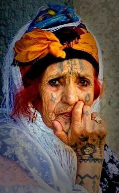 Elderly and old faces Old Faces, Many Faces, We Are The World, People Around The World, Et Tattoo, Tattoo Art, Foto Art, Portraits, Interesting Faces