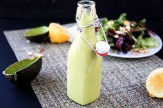 Avocadodressing  INGREDIËNTEN 1 rijpe avocado 1/2 cup / 120 ml witte wijnazijn sap van een citroen Zout en peper 3/4 cup / 180 ml extra virgin olijfolie