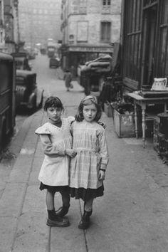 friends, by Robert Doisneau Vintage Pictures, Old Pictures, Vintage Images, Old Photos, Robert Doisneau, Vintage Illustration, Foto Portrait, Vintage Paris, Vintage Black