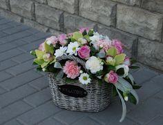 2300 руб, кустовые розы, гвоздики, хризантемы, орхидеи; корзина ~ 30*40см
