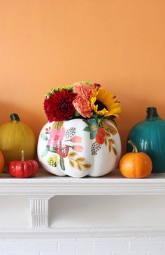 DIY Floral Pumpkin Vases | The Pretty Life Girls | @loweshomeimprovement | #lowesfalldecor #IC #ad | Find all you need to make your own right here: https://cur.lt/2xaiYJJ