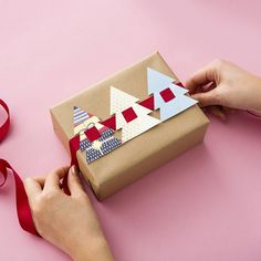 Gift Wrapping Ideas : Want to dress up plain wrapping paper? Check out this DIY for easy holiday present toppers made from recycled holiday cards. Christmas Gift Wrapping, Christmas Gift Cards, Diy Holiday Cards, Christmas Labels, Christmas Printables, Christmas Wishes, Christmas Inspiration, Holiday Gifts, Holiday Ornaments