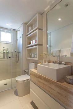 Les étagères murales épaisses créent un espace de stockage ouvert dans l'espace au-dessus des toilettes