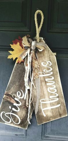 31 Amazing Christmas DIY Crafts Design Ideas - back Fall Wood Crafts, Pallet Crafts, Wooden Crafts, Thanksgiving Crafts, Thanksgiving Decorations, Holiday Crafts, Christmas Crafts, Fall Door Decorations, Pallet Christmas
