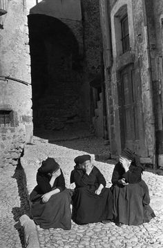 ∴ Trios ∴ the three graces & groups of 3 in art and photos - Italy, Abruzzo, Scanno. 1951 by Henri Cartier-Bresson Candid Photography, Vintage Photography, Street Photography, Magnum Photos, Old Photos, Vintage Photos, Foto Vintage, Henri Cartier Bresson Photos, Viviane Sassen