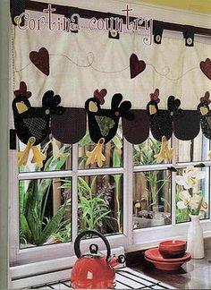 bandô de cortina em patchwork - galinha com molde Chicken Crafts, Chicken Art, Fabric Crafts, Sewing Crafts, Sewing Projects, Cortinas Country, Chicken Quilt, Deco Champetre, Chickens And Roosters