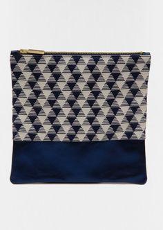 Pochette en cuir bleu irisé et tissu graphique Made in France L'AMOUREUSE www.l-amoureuse.fr 45€