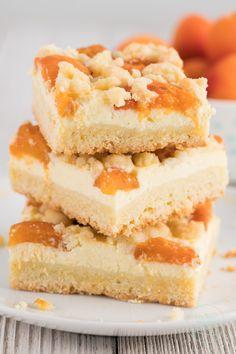 Dieser Aprikosenkuchen mit Quark und Streusel ist eine leckere Mischung aus Käsekuchen und Obstkuchen. Der Aprikosenkuchen vom Blech ist knusprig, cremig und fruchtig - einfach ein tolles Sommer Rezept für Aprikosen-Belchkuchen.