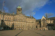 El Palacio Real de #Amsterdam, junto a la Nieuwe Kerk, fue en sus orígenes el Ayuntamiento (Stadhuis), hasta que el rey Luis Napoleón lo transformó en un palacio en 1808 fijando su residencia en él. http://www.viajaraamsterdam.com/lugares-para-visitar-en-amsterdam/palacio-real-de-amsterdam/ #turismo #Holanda