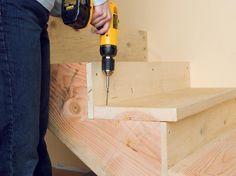 fabriquer un escalier en bois - à l'aide d'une perceuse et visseuse on visse les marches et les contremarches