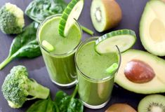 One week detox plan with green smoothies to renew you inside and out Best Detox Diet, Vegan Detox, Vanessa Blumhagen, Week Detox Plan, Plano Detox, Detox Before And After, Detox Kur, Detox Salad, Avocado Smoothie