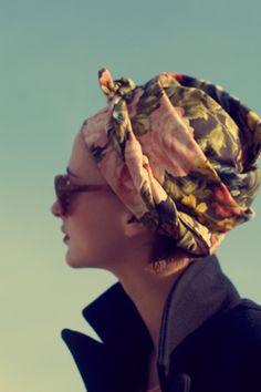 L'eleganza di un foulard, magari allacciato come se fosse un turbante.    Seguite il link e guardate i copricapi di Alessandra Modarelli: ispirazione pura!