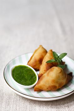 In the photo you can see samosas, one of the most popular indian snacks, which are served with green or sweet (red) chutney Greek Recipes, Vegetable Recipes, Asian Recipes, Mexican Food Recipes, Vegetarian Recipes, Healthy Recipes, Samosas, Middle East Food, Tapas