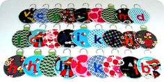 Een sleutelhanger komt toch altijd van pas? Lukt 'gemakkelijk met restjes stof. Sewing Hacks, Sewing Tutorials, Sewing Projects, Little Gifts, Presents, Textiles, Diy Crafts, Stitch, Personalized Items
