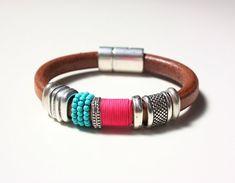 SASAIMA pulsera de cuero natural, decorada con piezas de zamac, hilo fucsia y bolitas de turquesa