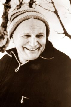 Biskup Karol Wojtyła, prawdopodobnie w trakcie jednej z wypraw narciarskich.