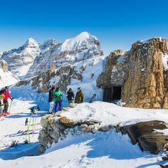 Cortina d'Ampezzo - înconjurată de turnuri de piatră ce depășesc trei mii de metri și alcătuiesc acea inconfundabilă arhitectură pentru care Dolomiții au fost incluși în patrimoniul mondial UNESCO.