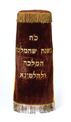 The symbiotic Dutch-Jewish identity expressed itself among much more in Synagogue. The traditional prayer for authorities, Hanotén tesju'a, became the prayer for King and Queen. Here a Tora mantle from Arnhem at the occasion of the inauguration of queen Wilhelmina in 1898.
