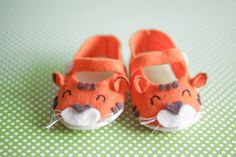 felt baby shoes...cuuute!!! I could probably even do these by hand.