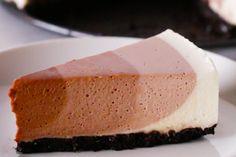 Het is helemaal niet moeilijk om deze fantastische cheesecake te maken! Zelfs degenen die niet zo heel handig zijn in de keuken kunnen een cheesecake in elkaar flansen. Het is niet zo lastig, maar wel superlekker. Wil je je cheesecake naar een niveau hoger tillen en je gasten omver blazen met een