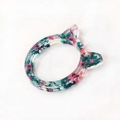 Bague forme chat en résine et fleurs bleues et roses