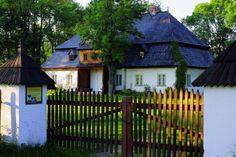Dworek w Łopusznej zachował swój niepowtarzalny spokojny wiejski charakter Dream Garden, Home And Garden, Wooden Fences, House With Porch, Manor Houses, Krakow, Homesteading, Architecture Design, Charms