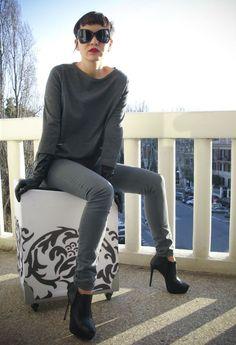 グレースキニー×グレートップス×黒ブーツででクールなワントーンコーデ。人気・おすすめ・トレンドのスキニージーンズのモテコーデ一覧♡