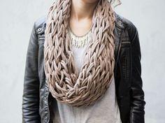 DIY tutorial: Brei een ronde sjaal met je armen via DaWanda.com