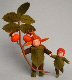 Atelier Pippilotta :: Herfst little caps. Waldorf Crafts, Waldorf Dolls, Hansel Y Gretel, Felt Fairy, Clothespin Dolls, Nature Table, Flower Fairies, Fairy Dolls, Soft Dolls