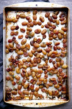 Rosemary Roasted Grapes Roasted Grape Recipes, Fruit Recipes, Healthy Recipes, Low Carb Dinner Recipes, Side Dish Recipes, Side Dishes, Thanksgiving Recipes, Fall Recipes, Cooking