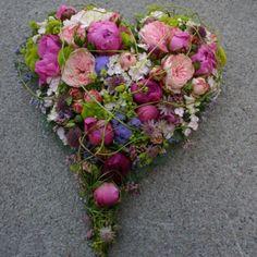 Camillas blomsterdesign leverer sorgbinderi, kranser, båredekorasjoner, bårebuketter, kondolanse