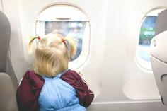 Viajar de avião com crianças não é uma tarefa muito fácil, além de todo o estresse da viagem, infelizmente é incontrolável segurar o choro dos bebês, pois sim, eles choram mesmo!
