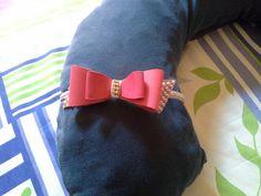 Tiara de laço de couro com strass e pérolas. Feita por Bia Artesanatos