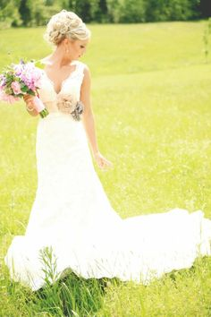 Country wedding pictures in a field
