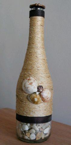 Botella decorada con pita y conchas de mar