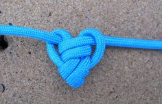 Single (para)Cord Heart Pendant: Using a single piece of less than 3 ft of paracord you can make a heart shaped pendat necklace for Valentines day. Paracord Keychain, Paracord Bracelets, Survival Bracelets, Knot Bracelets, Paracord Braids, Celtic Heart Knot, Decorative Knots, Paracord Projects, Paracord Ideas