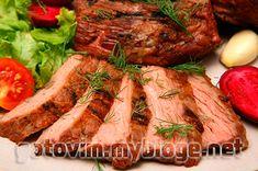 Свинина запеченная в духовке – это нежное и сочное мясо, приправленное всевозможными специями и травами. Красиво оформленная, поданная вместе с гарниром запеченная свинина – это очень эффектное, красивое блюдо – главное украшение новогоднего и рождественского праздничного стола.