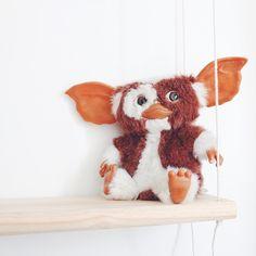 Gizmo se plait bien sur l'étagère balançoire ! Retrouvez le #DIY sur le blog #MinouLeChat  www.minoulechat.com