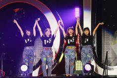 ももいろクローバーZが5月22日、23日の2日間、『ももいろクローバーZ 10th Anniversary The Diamond Four ~in 桃響導夢~』を東京ドームで開催した。 ももいろクローバーZ 2日目は、ももいろクローバーZ初の試みとなる、ミュージカル公演『ドゥ・ユ・ワナ・ダンス?』を9月24日からスタートすること、2019年の結成日である5月17日にセルフタイトルとなる5枚目のALBUM「MOMOIRO CLOVER Z」を発売することを発表した。 東京ドーム公演Day2はチケットが早々にソールドアウト。会場には46,034人のファンが集結し、メモリアルなライブを目にした。 ももいろクローバーZ ももいろクローバーZ 荘厳なBGMが鳴り響く中、ステージの階段... Momoiro Clover, Idol, Japanese, Concert, Music, Anime, Musica, Musik, Japanese Language
