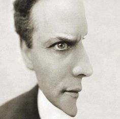 HOUDINI OPTICAL ILLUSION: What do you see... Houdini facing towards you, or facing to your right?