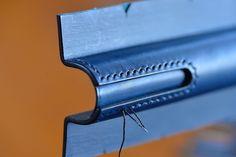 クリップ廻りをブラックの糸を使い縫っていきます #レザークラフト #レザーワーク #革細工 #革仕事 #革小物 #ペンケース #万年筆 #万年筆ケース #文房具 #leather #leathercraft #leatherworks #fountainpen #fountainpencase #pencilcase #montblanc #montblanc149 #yardoled #パイロット#カスタム742 #絞り万年筆ケース