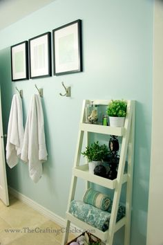 Bathroom decoration tips: towel hooks, glass jars, baskets