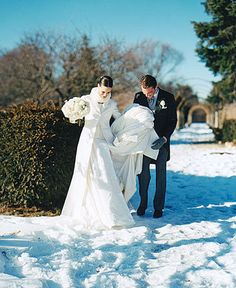 winter wedding Wedding Coat, Snow Wedding, Winter Wonderland Wedding, Wedding Wishes, Dream Wedding, Winter Bridal Bouquets, Winter Bouquet, Winter Wedding Flowers, Wedding Bouquets