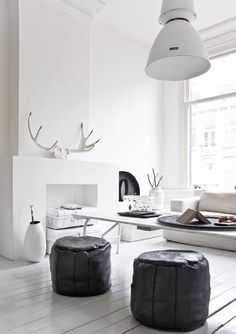 Moroccan black poufs in a white living room Estilo Interior, Interior Styling, Interior Exterior, Interior Architecture, Home Living Room, Living Spaces, Black And White Interior, Black White, Monochrome Interior